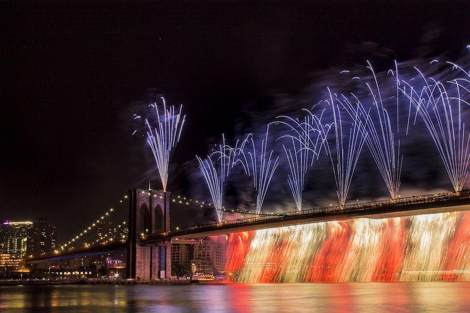 Esta escena de fuegos artificiales en el Puente de Brooklyn con capturado en el Día de la Independencia de 2014 (7/4/2014), cerca del muelle 17 en Manhattan