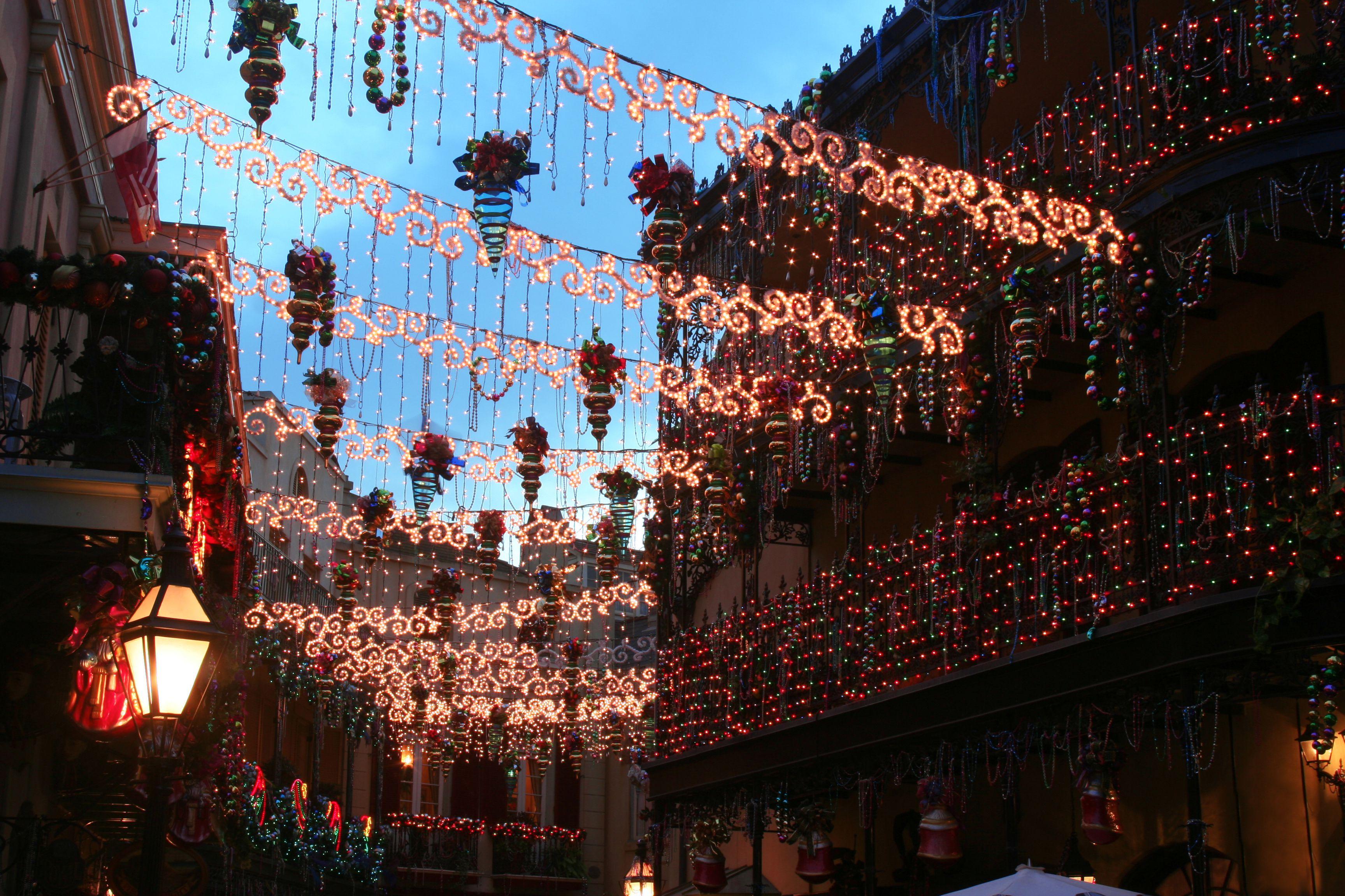 Una explosión de decoraciones navideñas en una calle trasera de Nueva Orleans