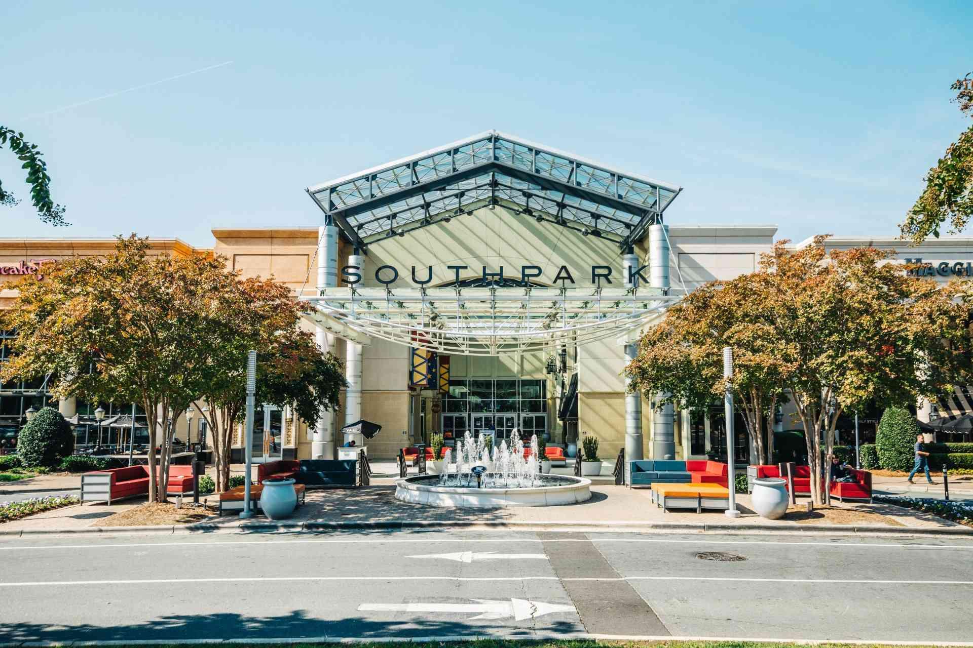 fuente frente a la entrada del centro comercial Southpark