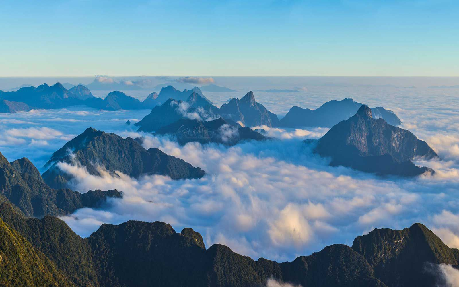 Ocean of cloud at the top of Fansipan
