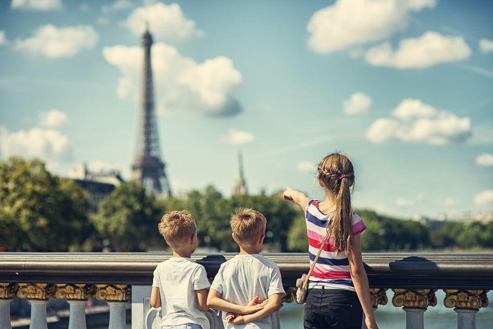 ¿Turista de niños visitando París