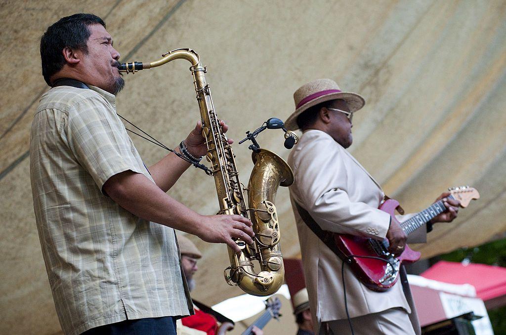 Renato Caranto y Norman Sylvester actúan en el escenario durante el Festival Cathedral Park