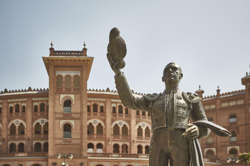 Estatua de un matador fuera del estadio taurino de Madrid
