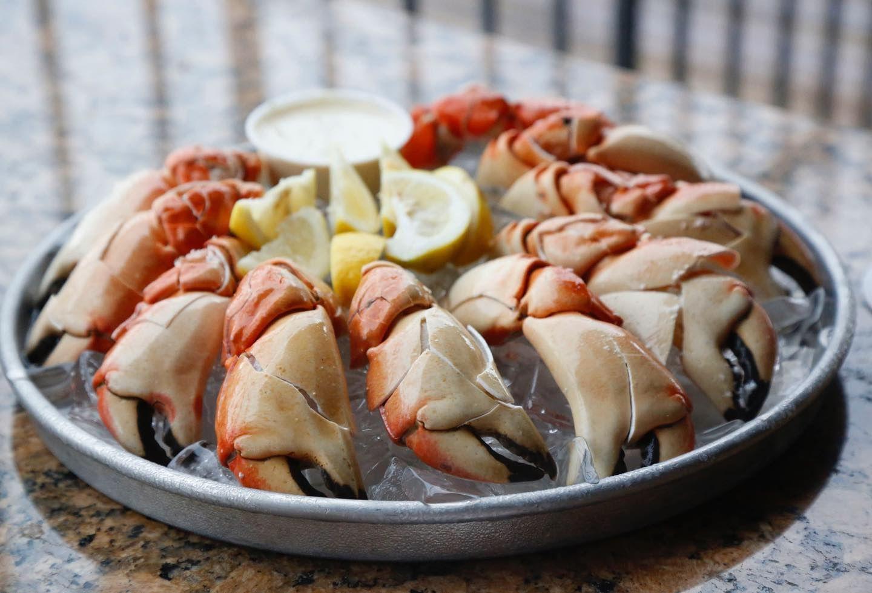 Garras de cangrejo de piedra en hielo con gajos de limón