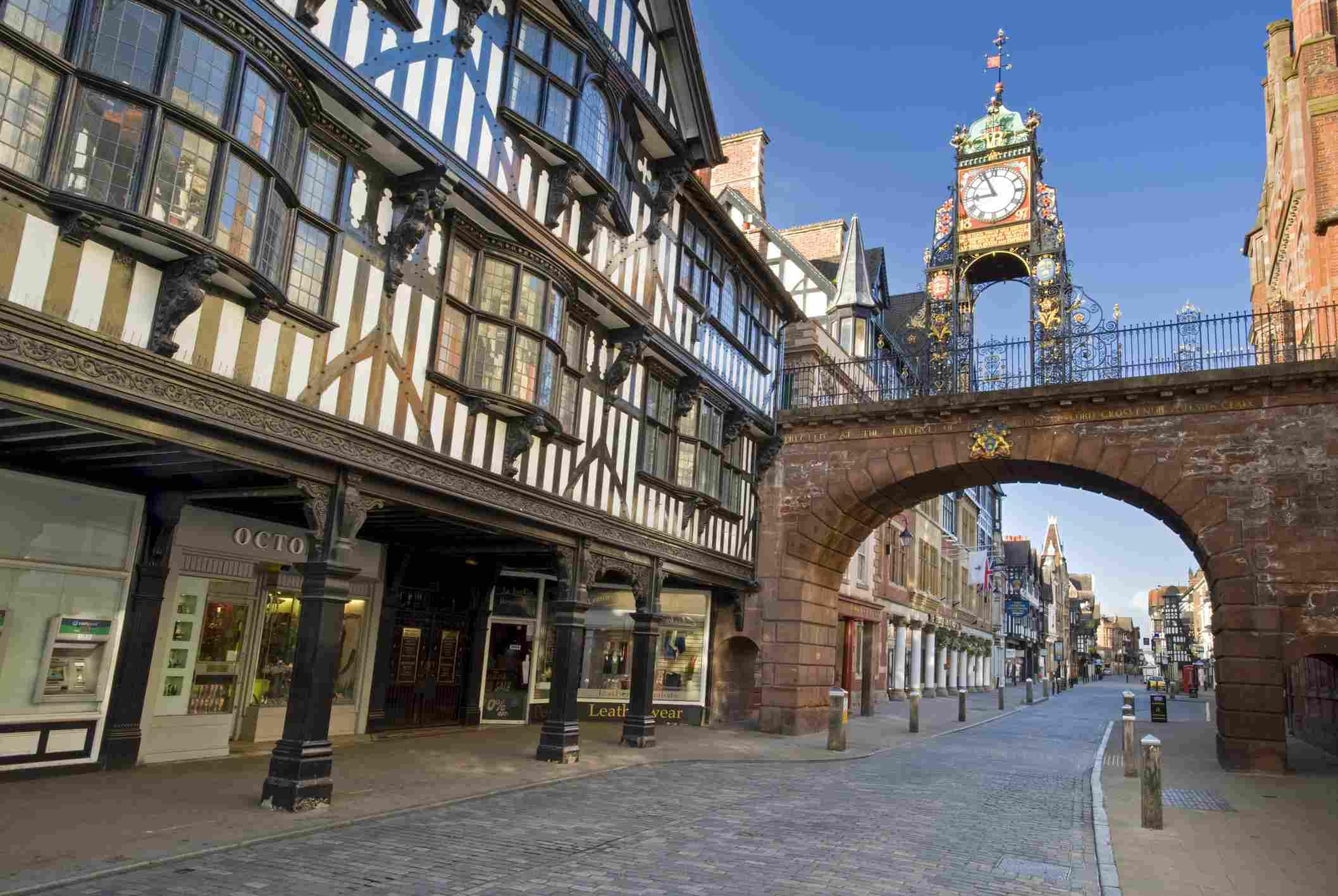 Entrada de la pared de Eastgate y el reloj de Eastgate en las paredes de la ciudad en Chester