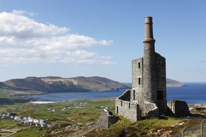 Ruins of the engine room of a copper mine, Allihies, Slieve Miskish Mountains, Beara Peninsula, County Cork, Ireland, British Isles, Europe