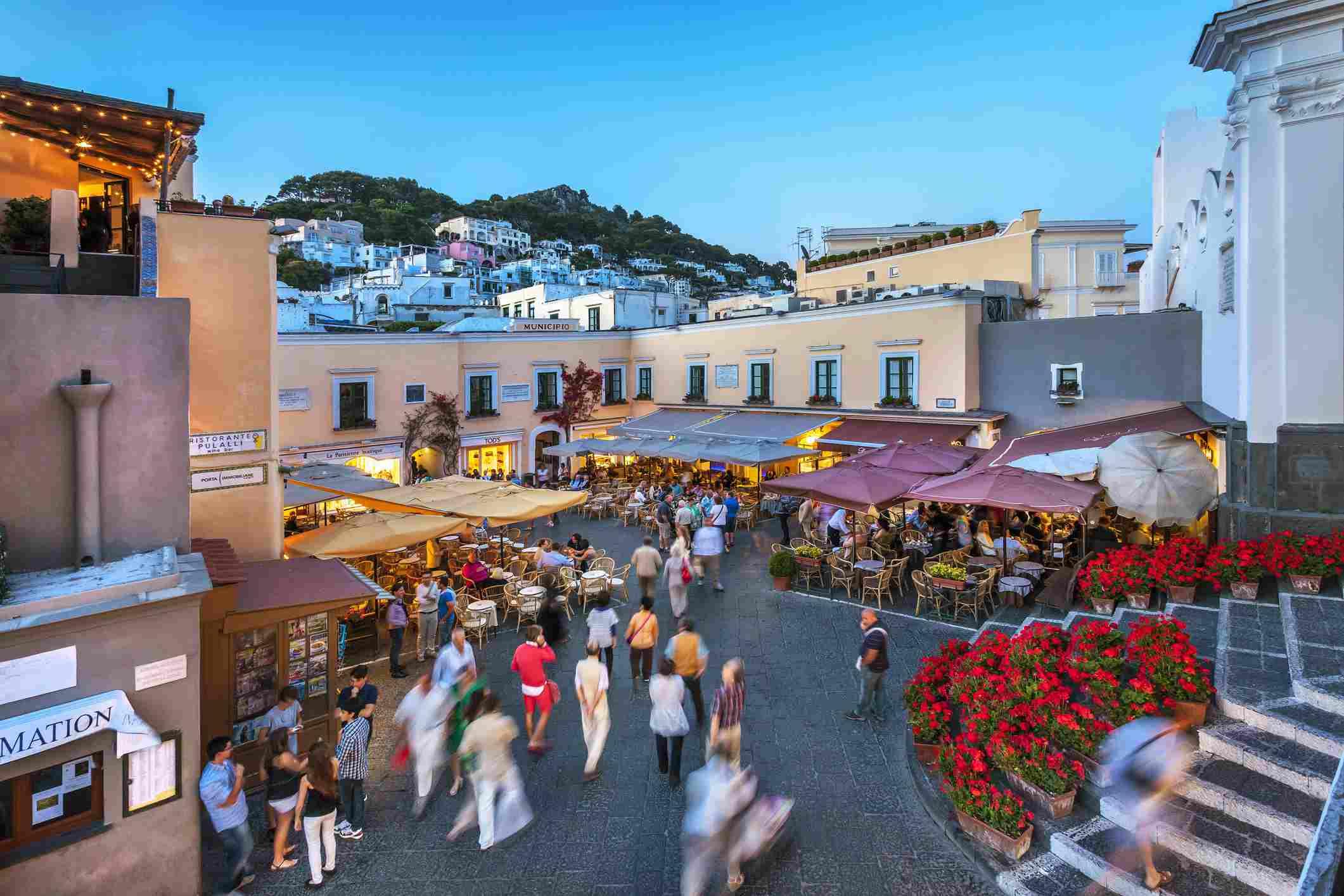 Ambiente nocturno en la Piazza Umberto I, Capri, Bahía de Nápoles, Campania, Italia