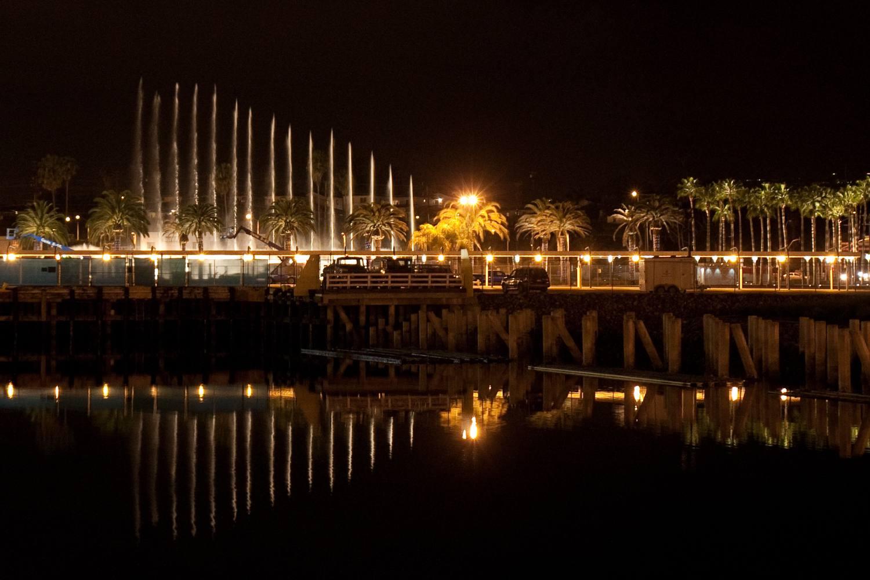 Las fuentes de la fanfarria en la terminal de cruceros de Los Ángeles en San Pedro