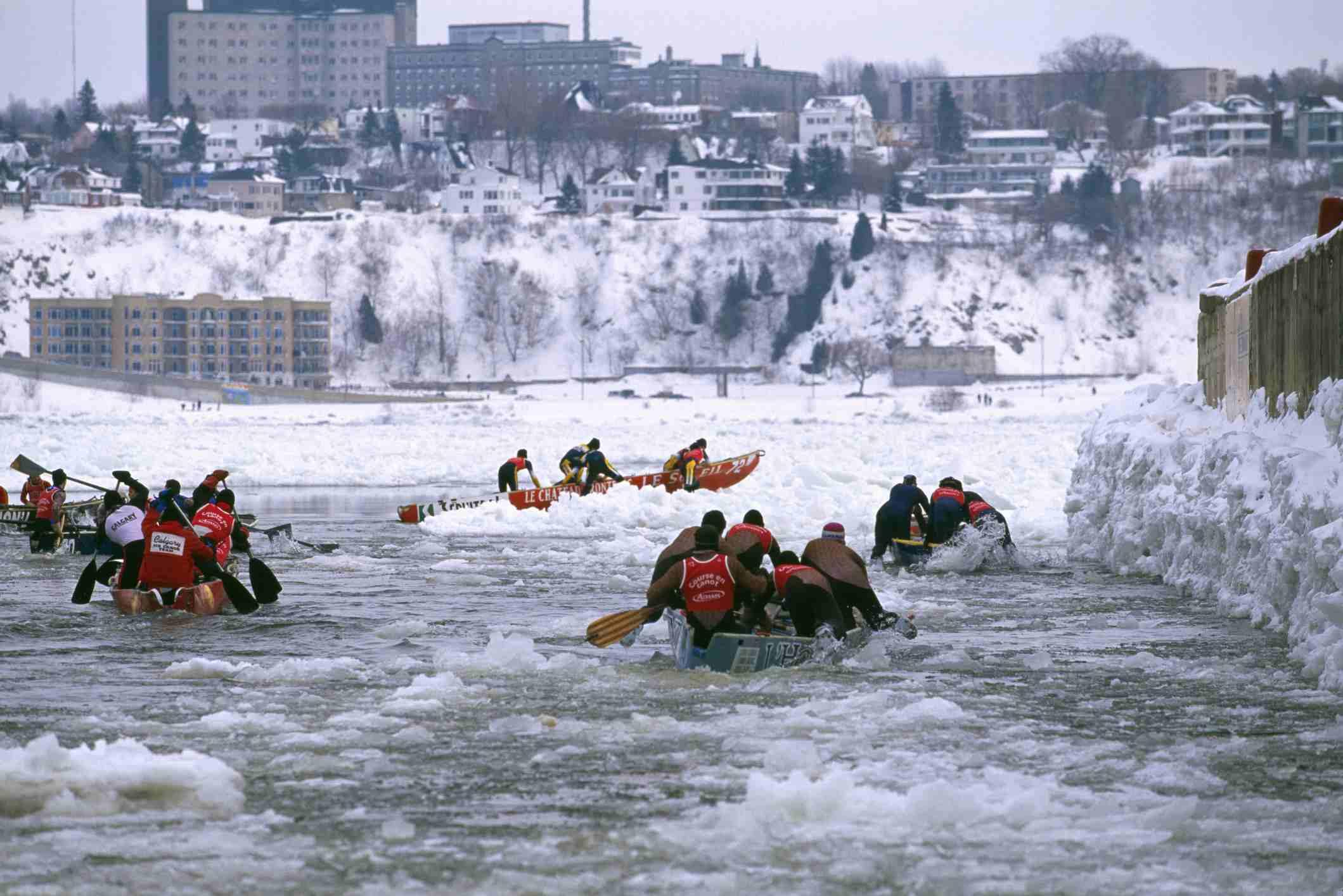 Carrera de canoas en el río San Lorenzo durante el carnaval de invierno