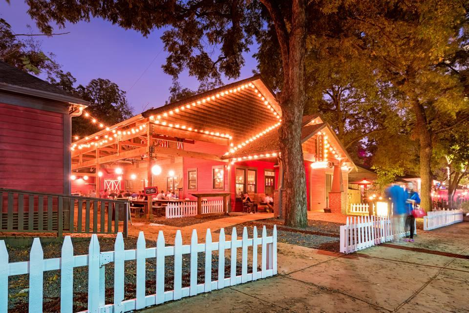 Distrito de entretenimiento Rainey Street con restaurante bar en Austin, Texas, EE.UU.