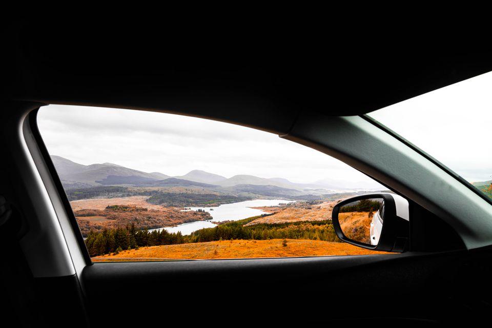 La vista de las montañas de Escocia en otoño desde el coche.