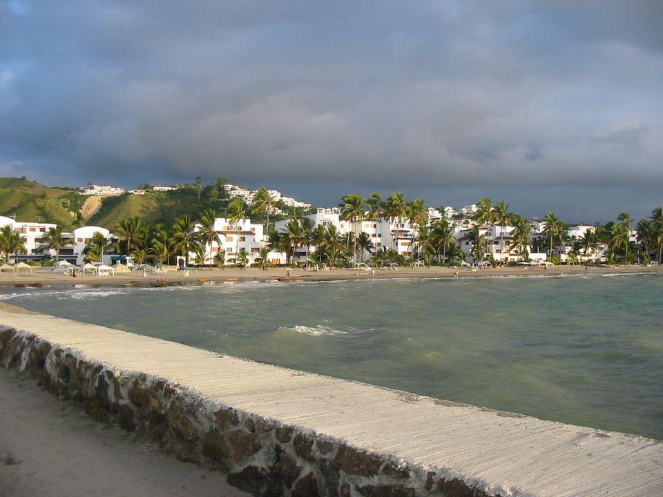 Vista de Esmeraldas Ecuador y playa desde un muelle