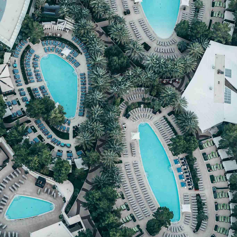 Toma aérea de dron con vista a las 3 piscinas y jacuzzi de Aria