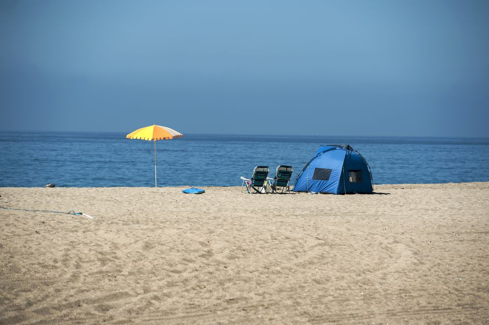 Sombrilla y carpa en un campamento de playa, Point Mugu Beach, Condado de Ventura, California