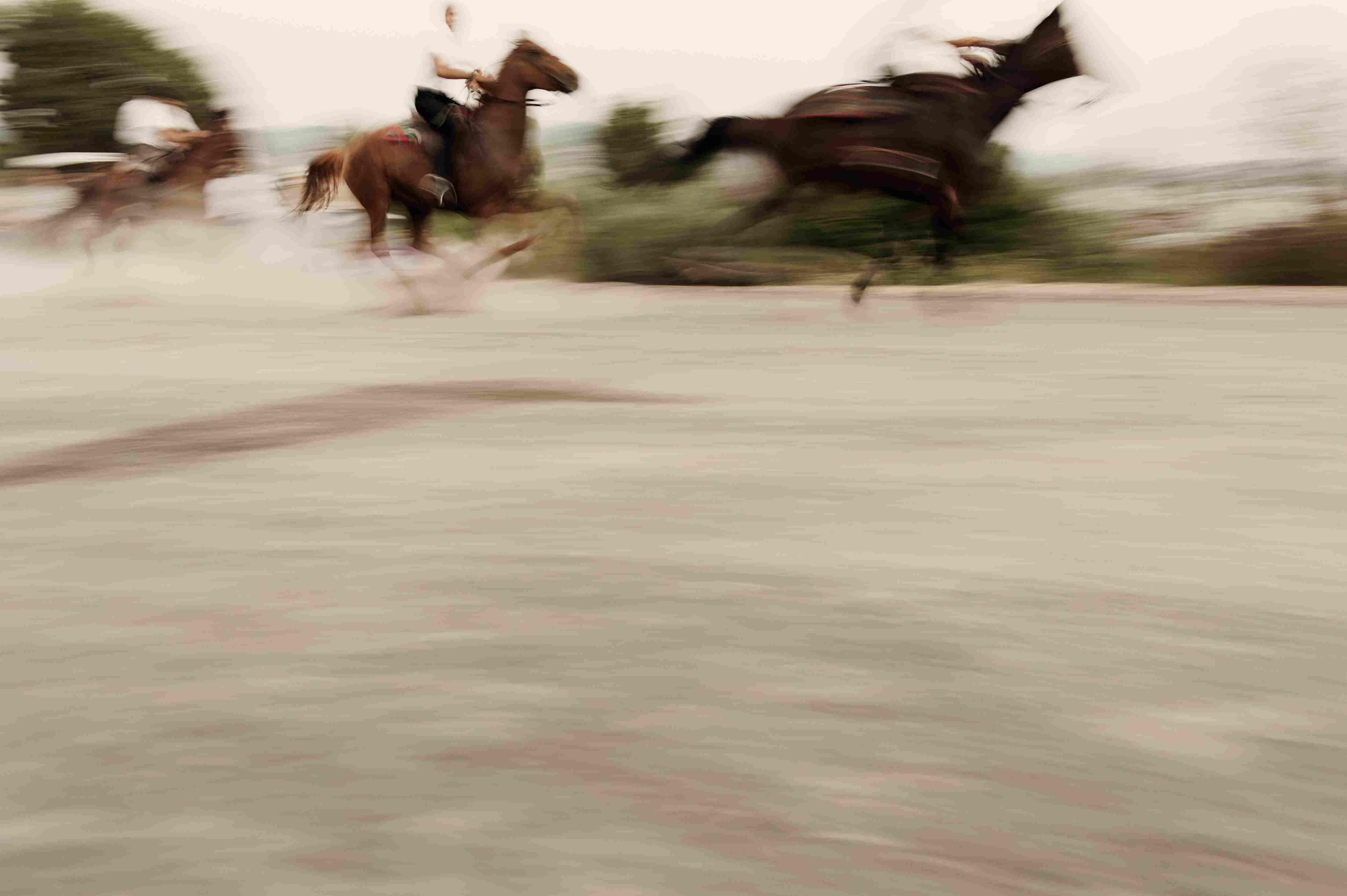 Movimiento borroso de personas que montan caballos en la carretera, Sedilo, Cerdeña, Italia