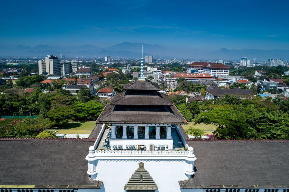 Gedung Sate en primer plano, Bandung detrás