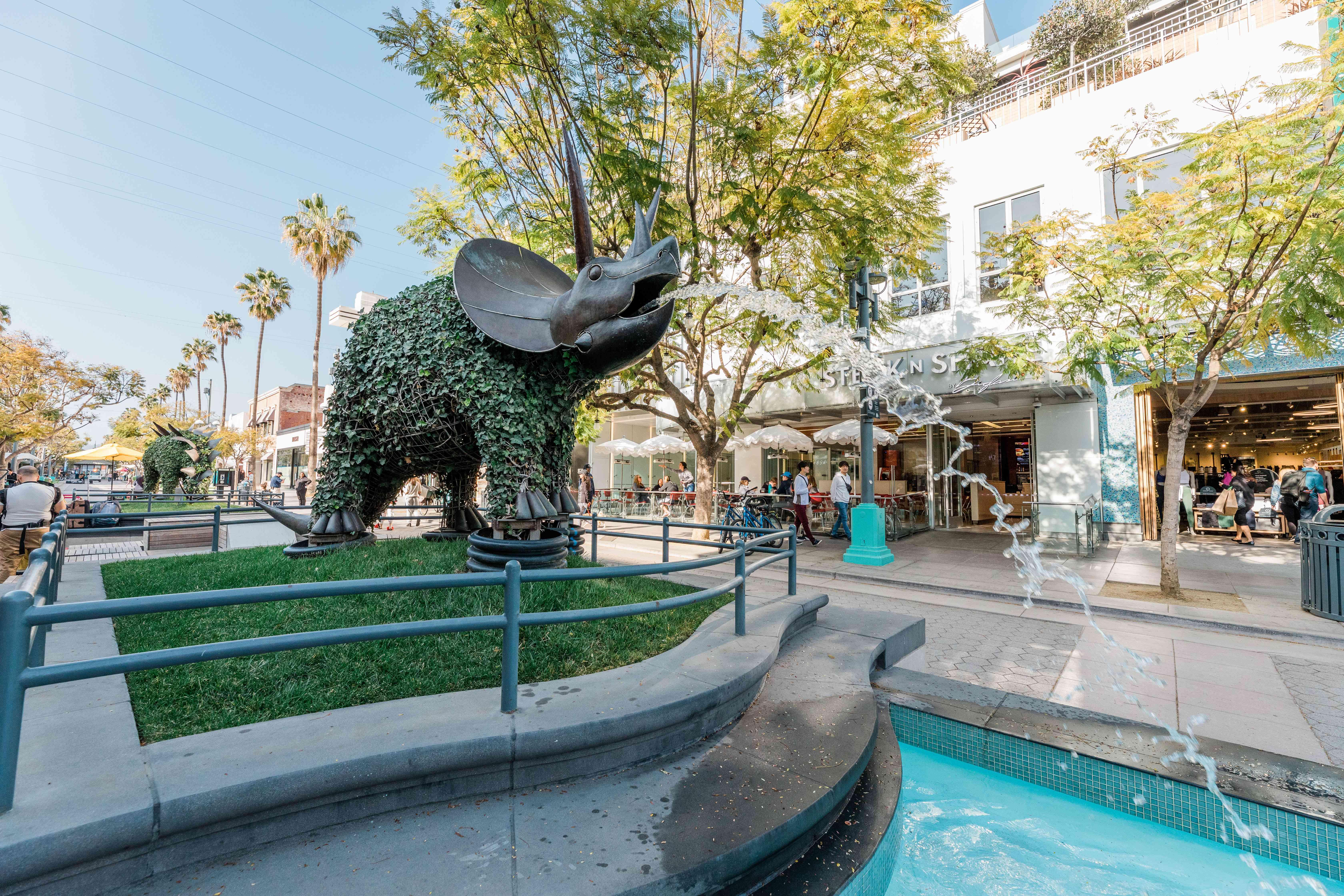 A fountain on the promenade