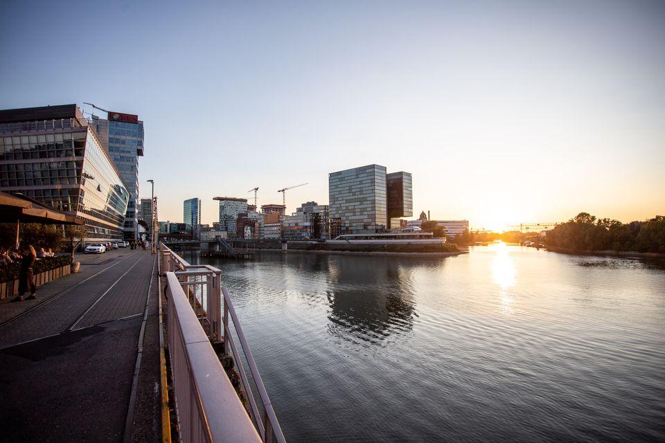 Medien Hafen durante la puesta de sol