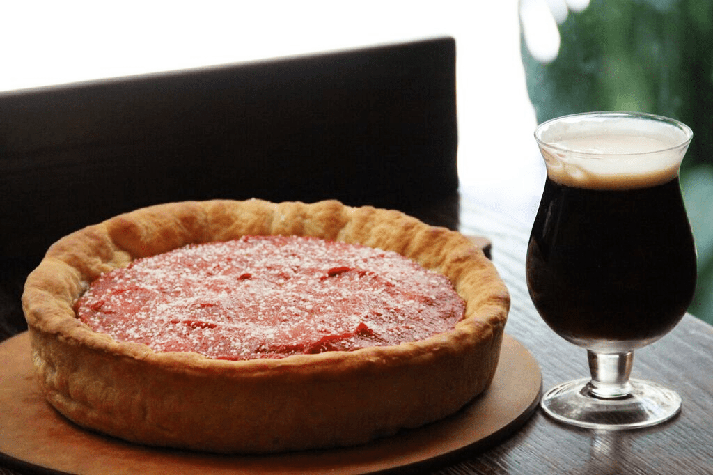 Пицца глубокое блюдо Конни с бокалом пива