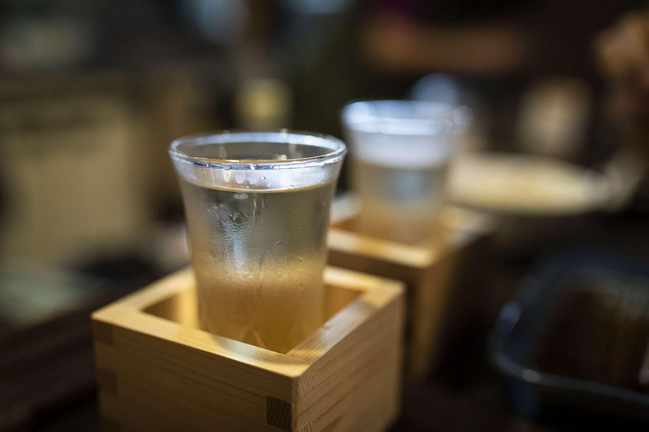 Japón, Takayama, sake servido en masu en un restaurante tradicional japonés