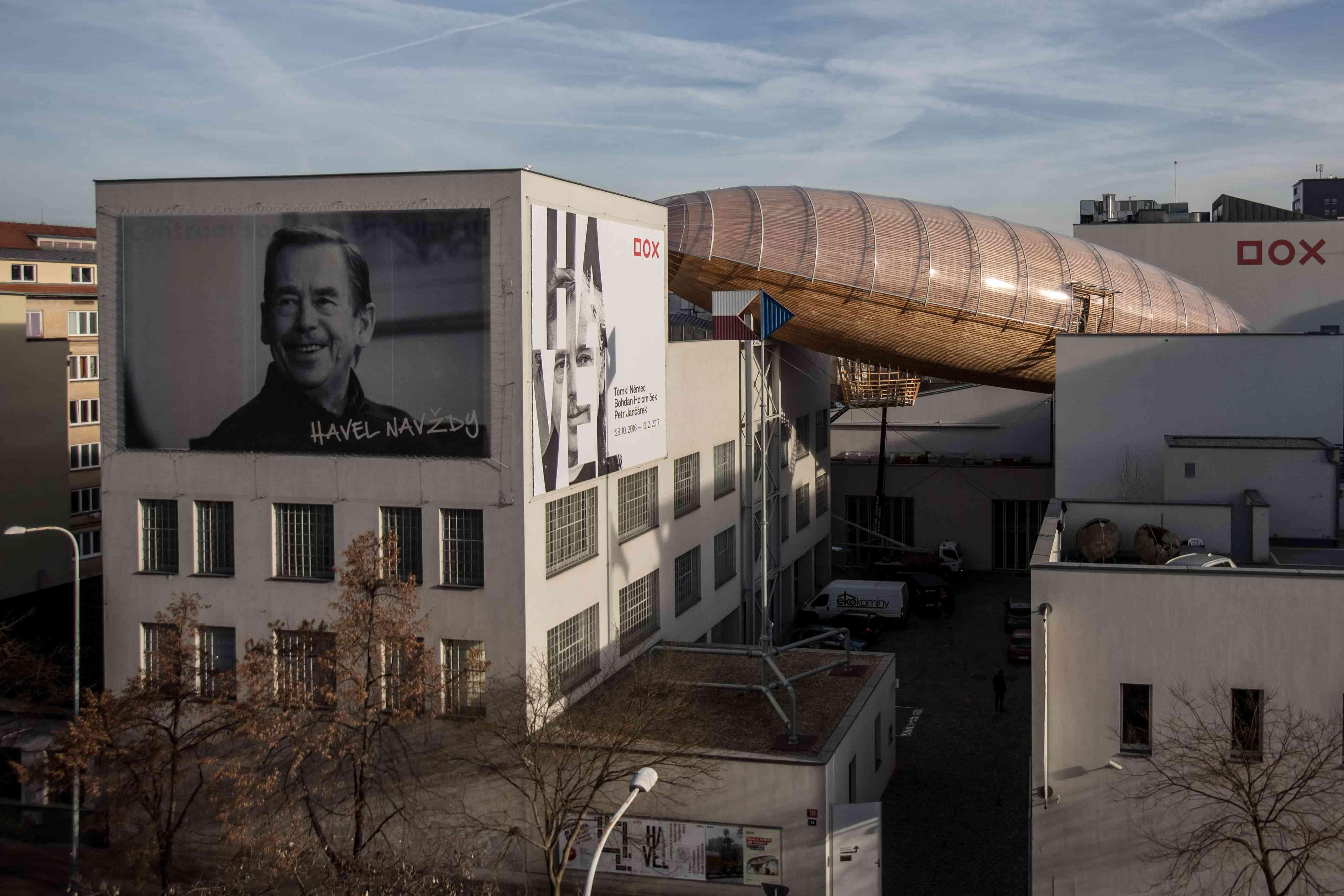 Arts Center Installs Wooden Zeppelin As Reading Room
