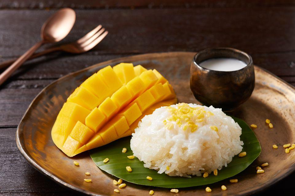 Mango y arroz pegajoso de Tailandia en un plato