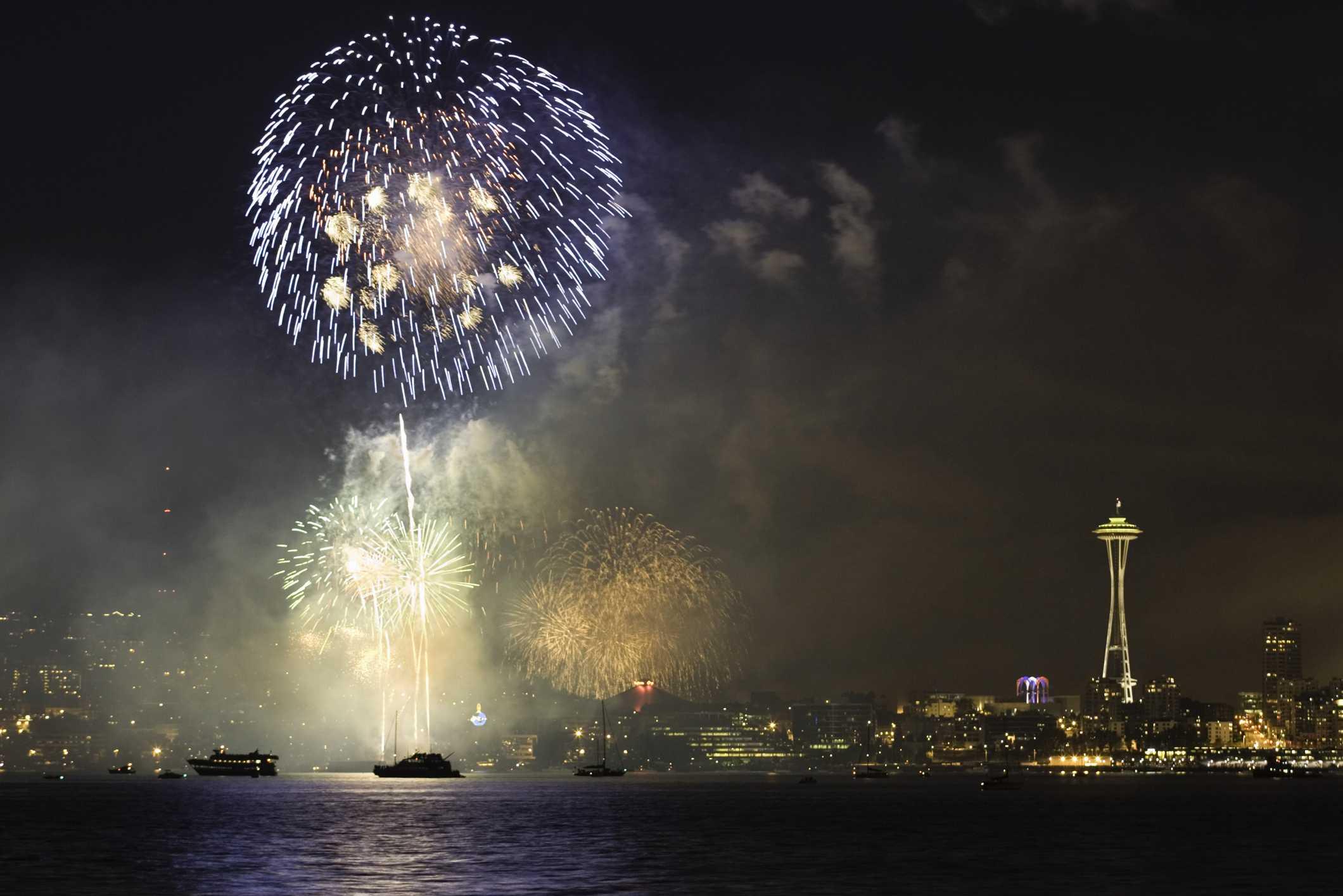 Fuegos artificiales sobre el río en Seattle en la víspera de Año Nuevo