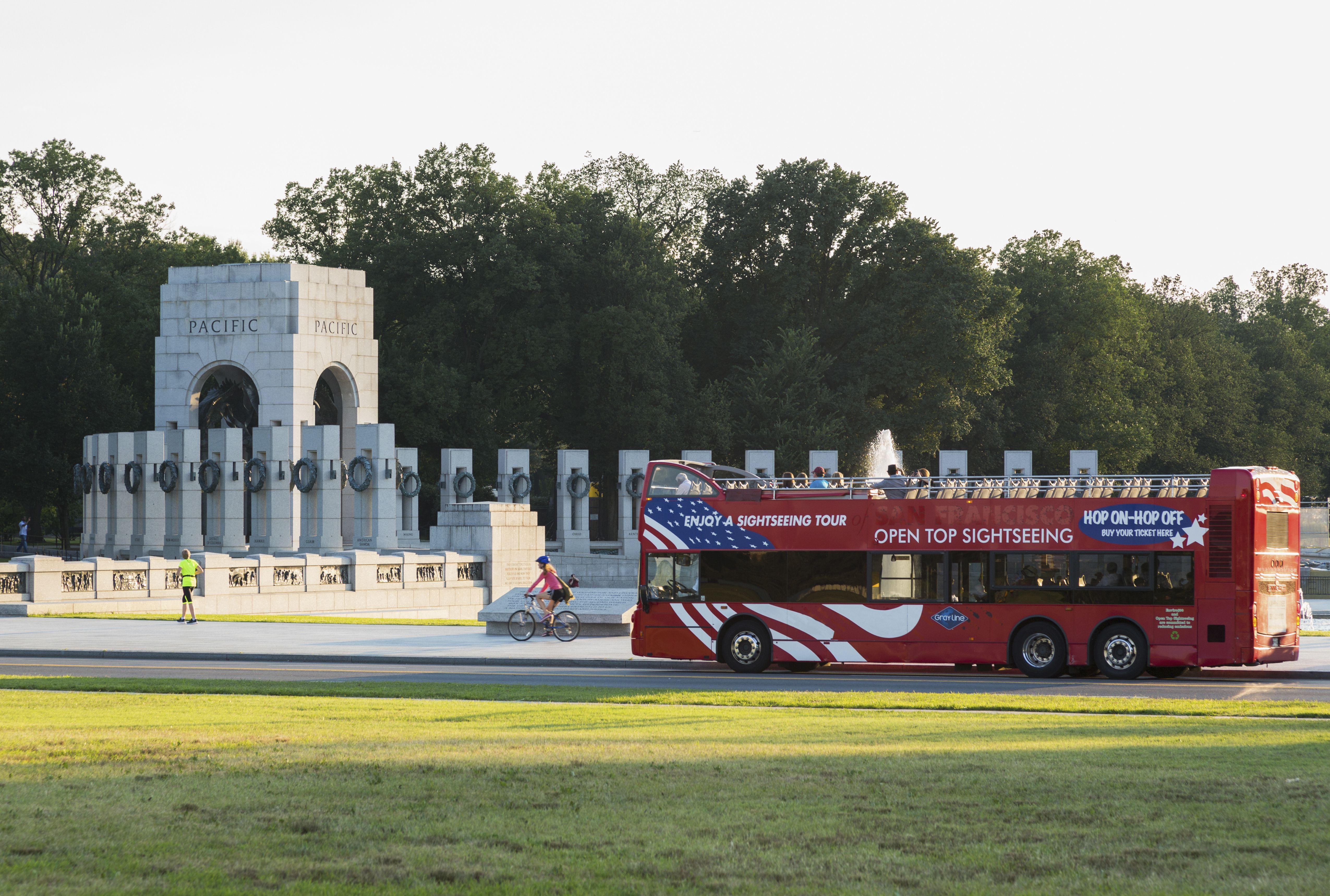 Autobús turístico en el Monumento Nacional de la Segunda Guerra Mundial de EE. UU., Centro comercial nacional en Washington DC, EE. UU.