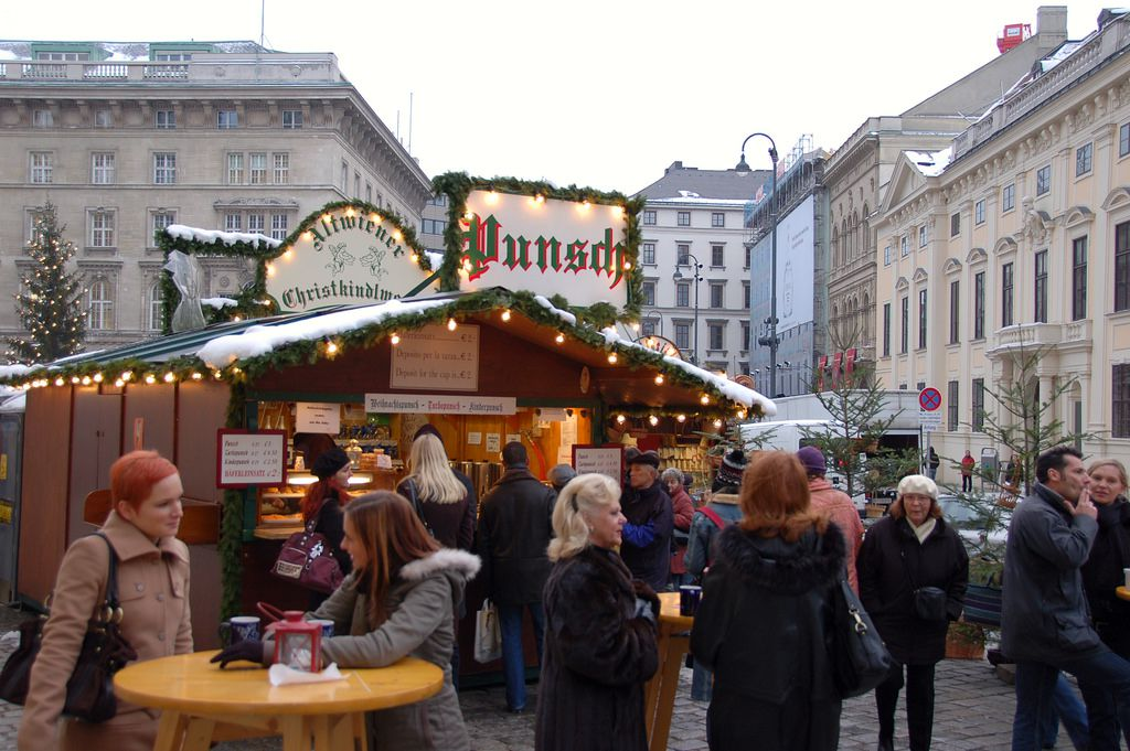 Punsch stand with lots of people in front of it