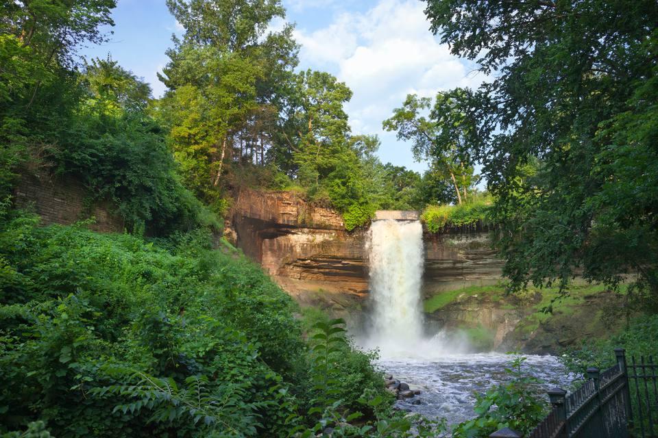 Vista de Minnehaha Falls a través de los árboles