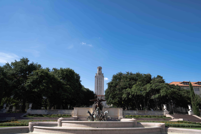 La Torre UT con una fuente en frente y árboles que rodean la plaza