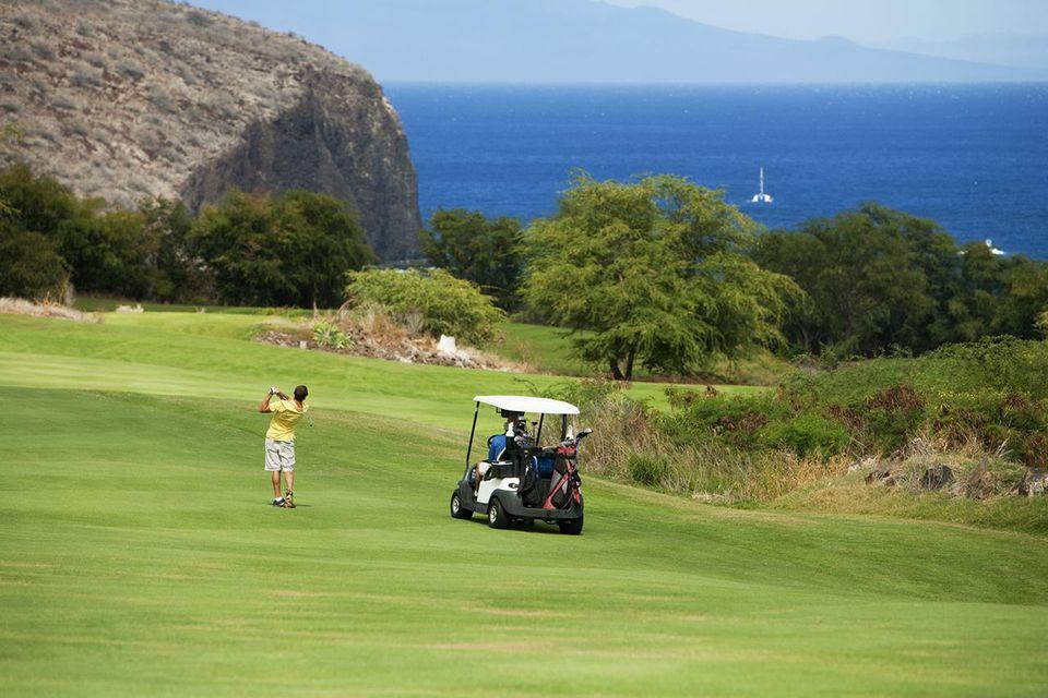 Hawaii, Lanai, hombre jugando al golf en el desafío en el campo de golf Manele.