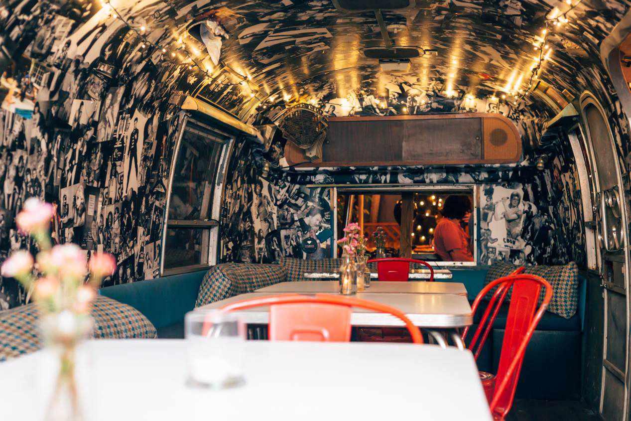 Camper vintage con mesas de comedor en el interior