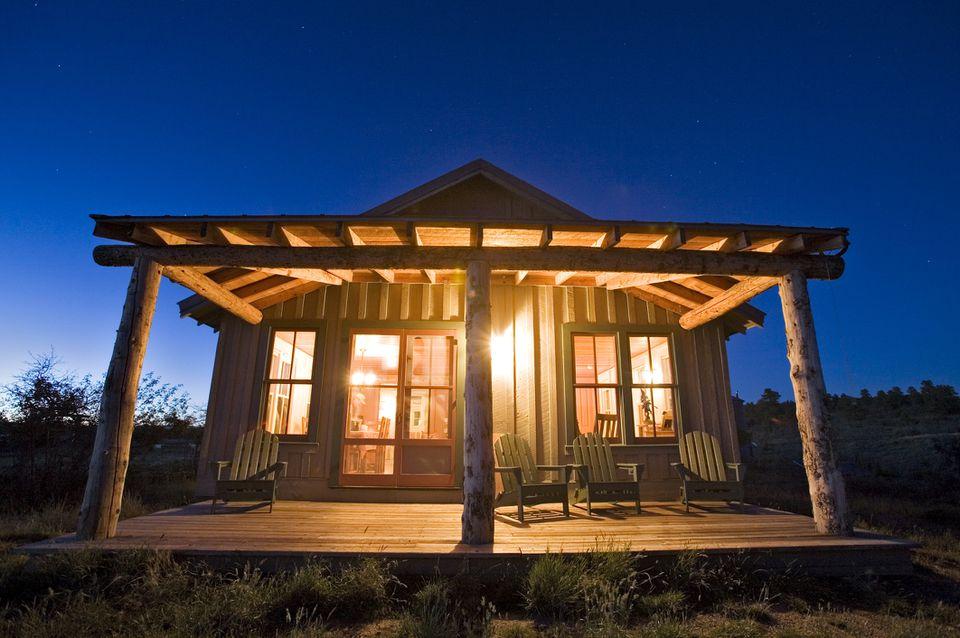 El exterior de la casa del rancho al atardecer en la meseta de Uncompahgre, Colorado.
