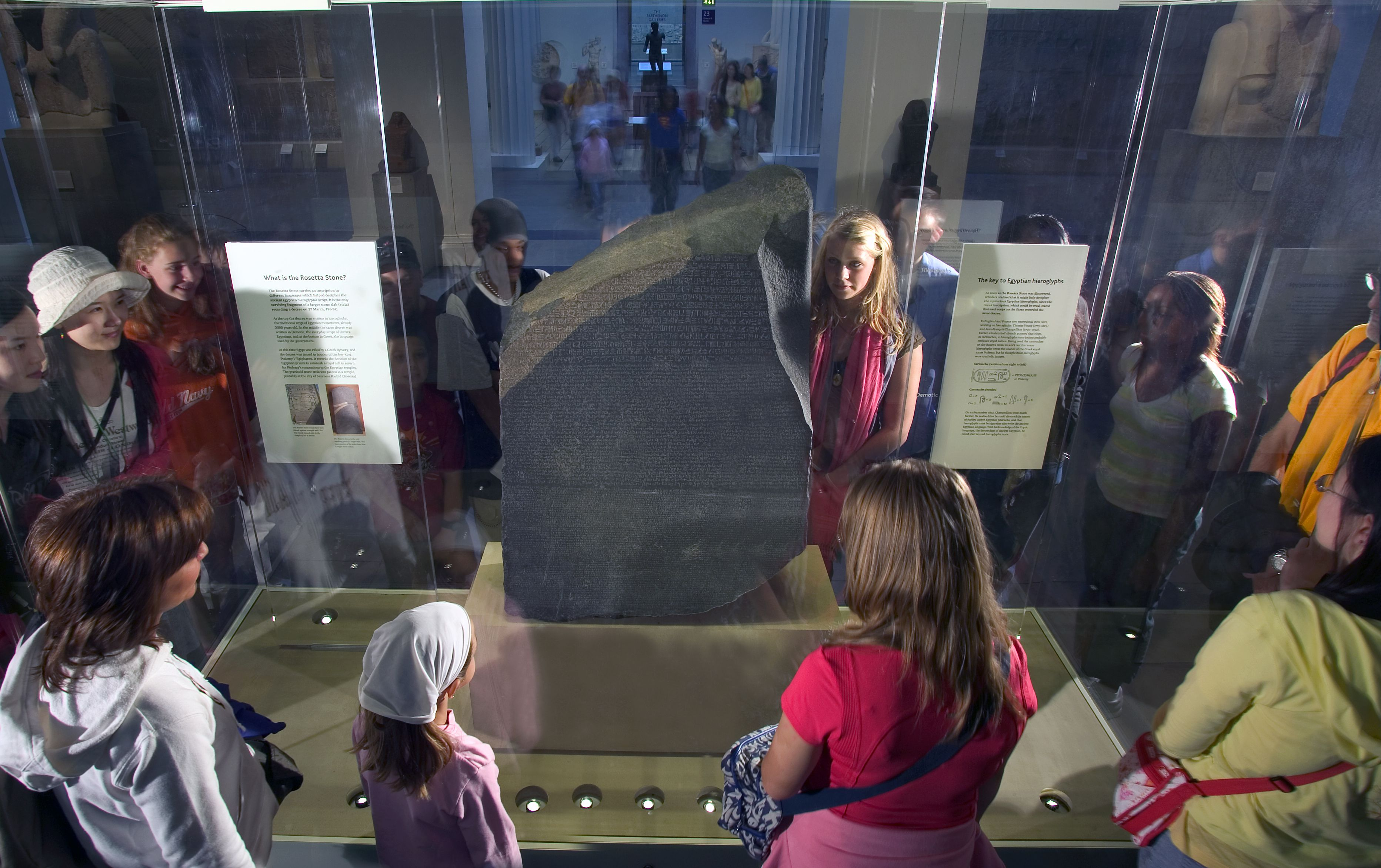 Visitantes al Museo Británico mirando la Piedra de Rosetta, una clave valiosa para descifrar los jeroglíficos y nuestra comprensión de la cultura del Antiguo Egipto, Museo Británico, Londres, Londres, Inglaterra