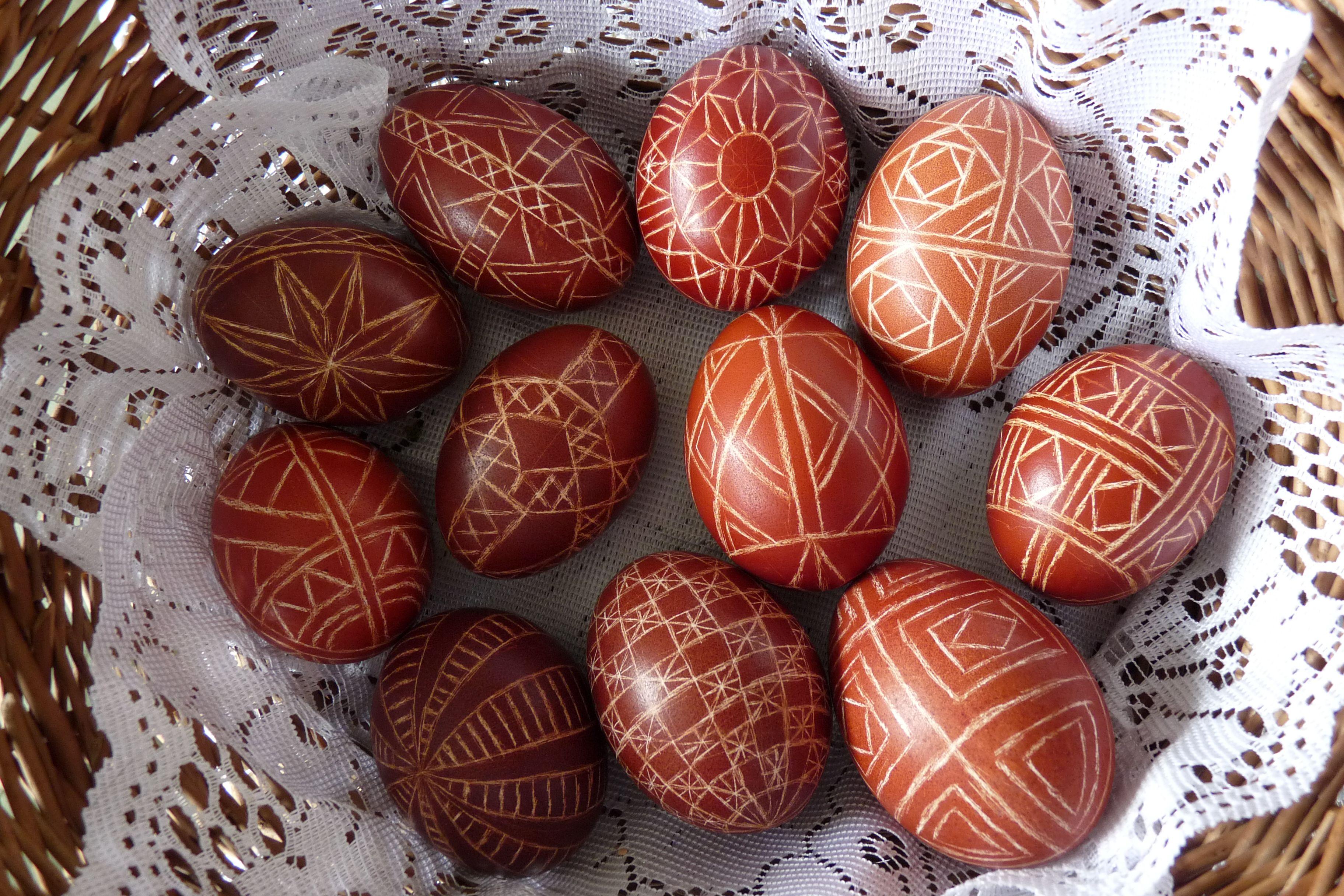 Huevos de Pascua polacos con diseño rayado
