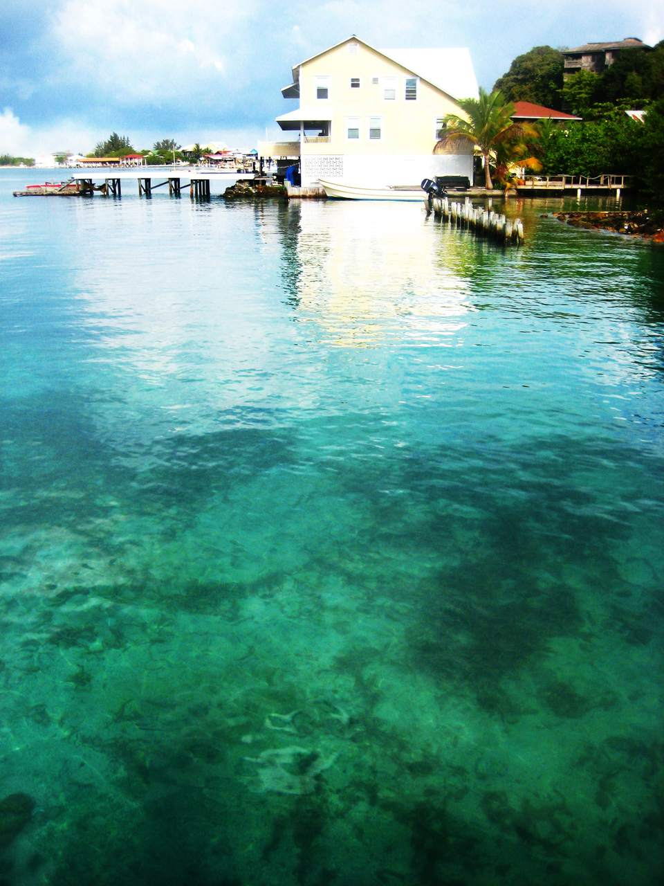 Una casa en el agua en la isla de Utila