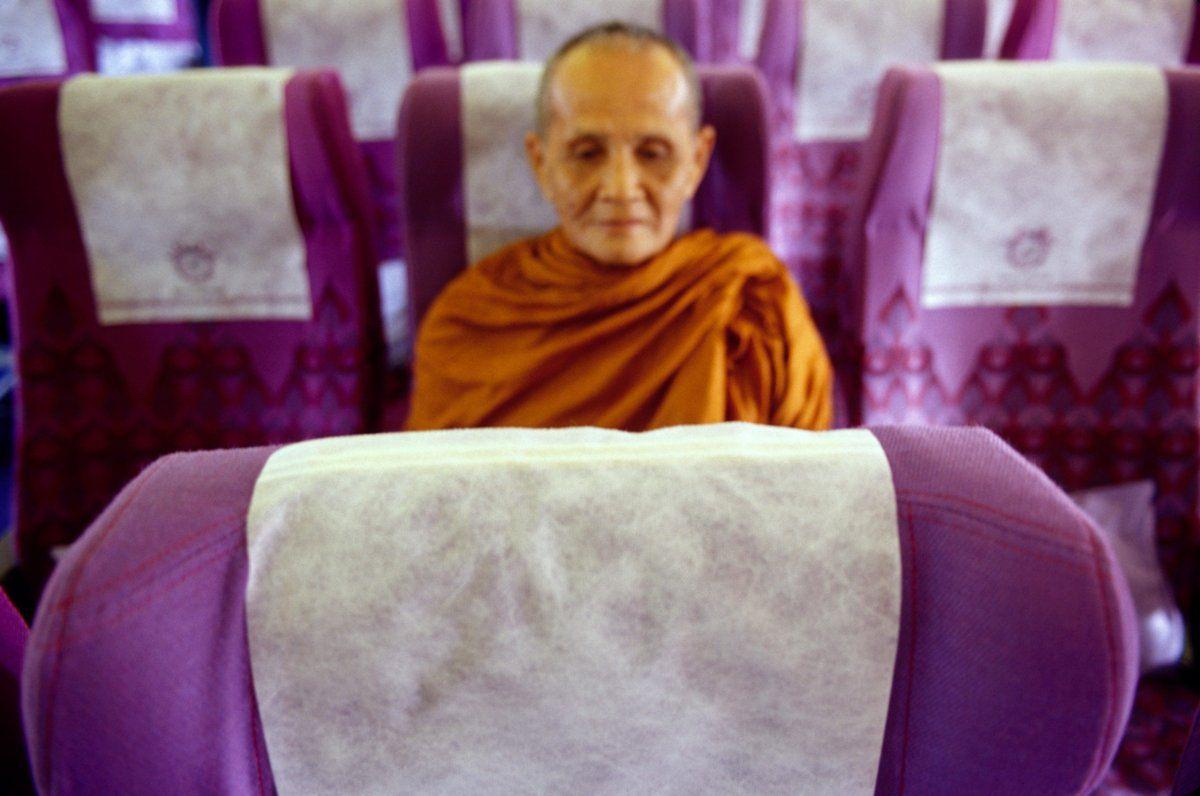 Monje birmano en vuelo nacional en Myanmar