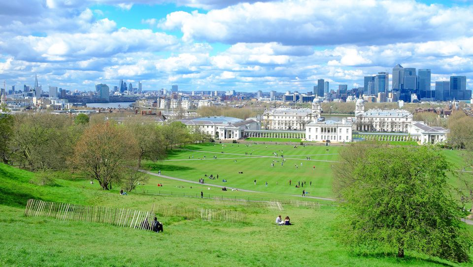 'Park of Greenwich Park, a UNESCO World Heritage Site, thanks to the Royal Greenwich Observatory, starting point of the prime meridian. At the bottom, the business district of Canary Wharf, second financial center of the city after the City. In the center'