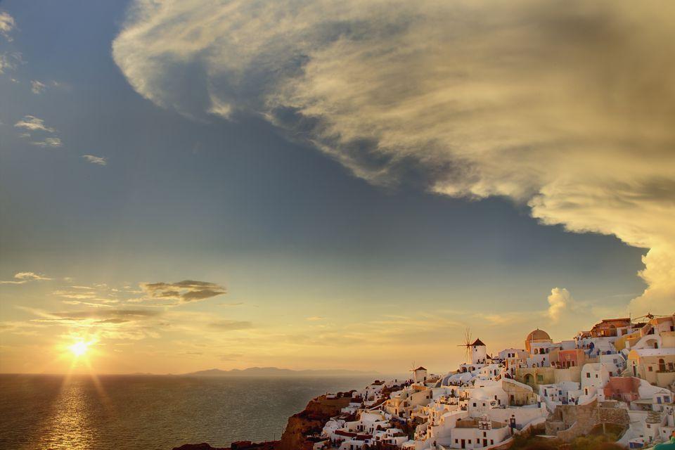 Isla puesta de sol y hermosas nubes
