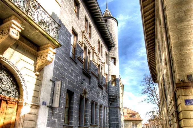 Exterior of Museum Tavel on a sunny day