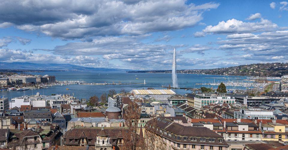 Paisaje urbano de Ginebra, con el lago y la fuente Jet d'Eau. Uno de los monumentos más famosos de la ciudad.