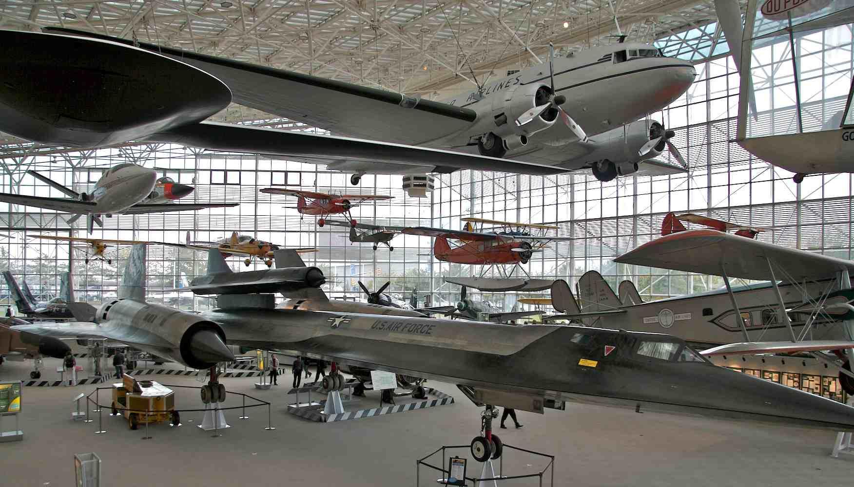Aviones en el hangar del Museo del Vuelo en Seattle .