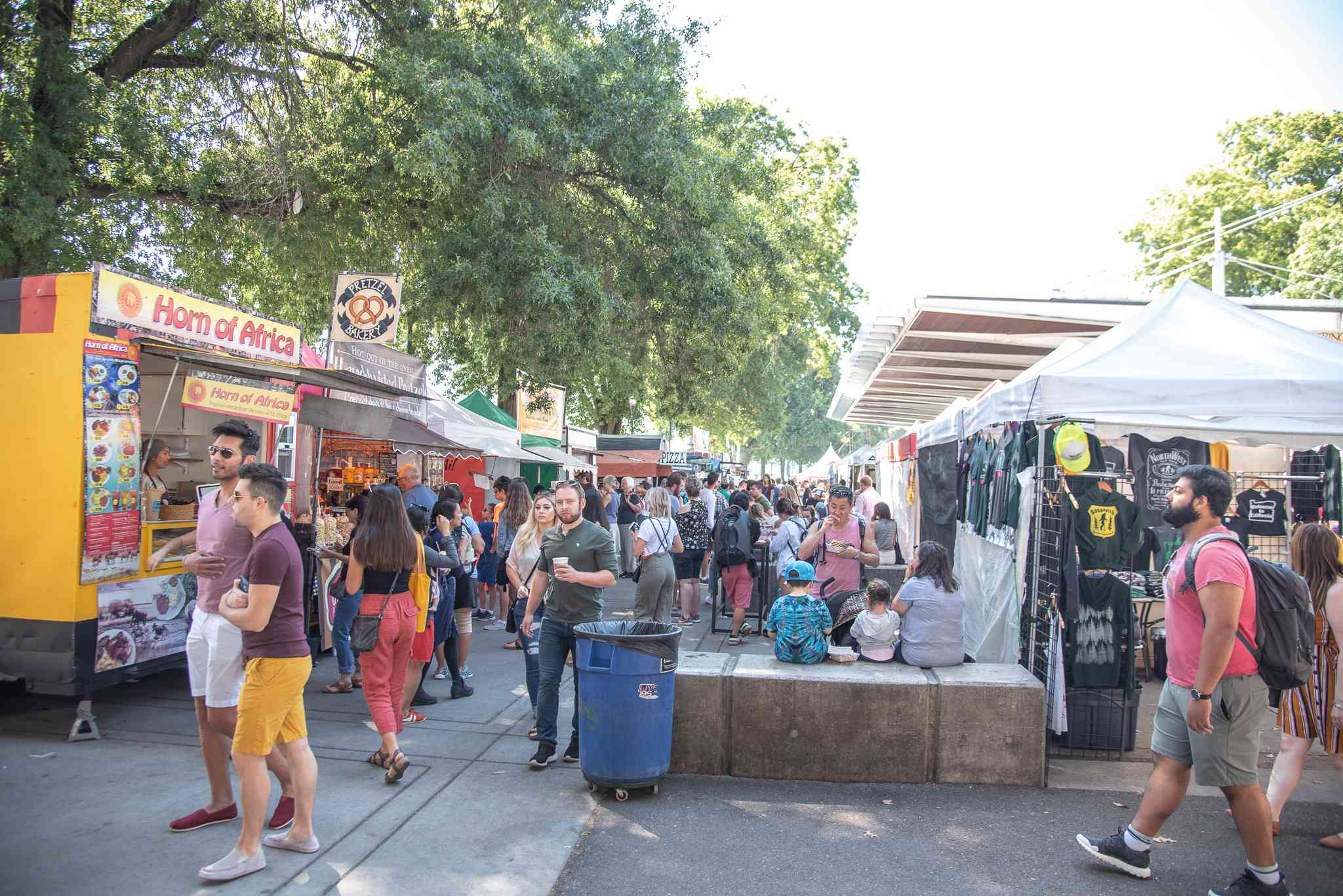 Filas de vendedores y camiones de comida del Mercado del Sábado