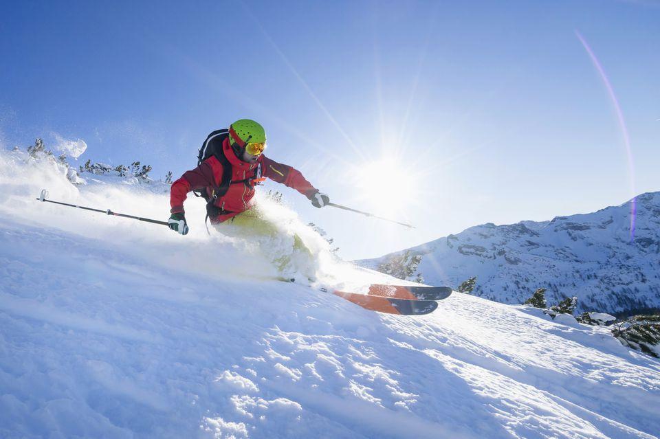 Hombre esquiando en la nieve contra el cielo