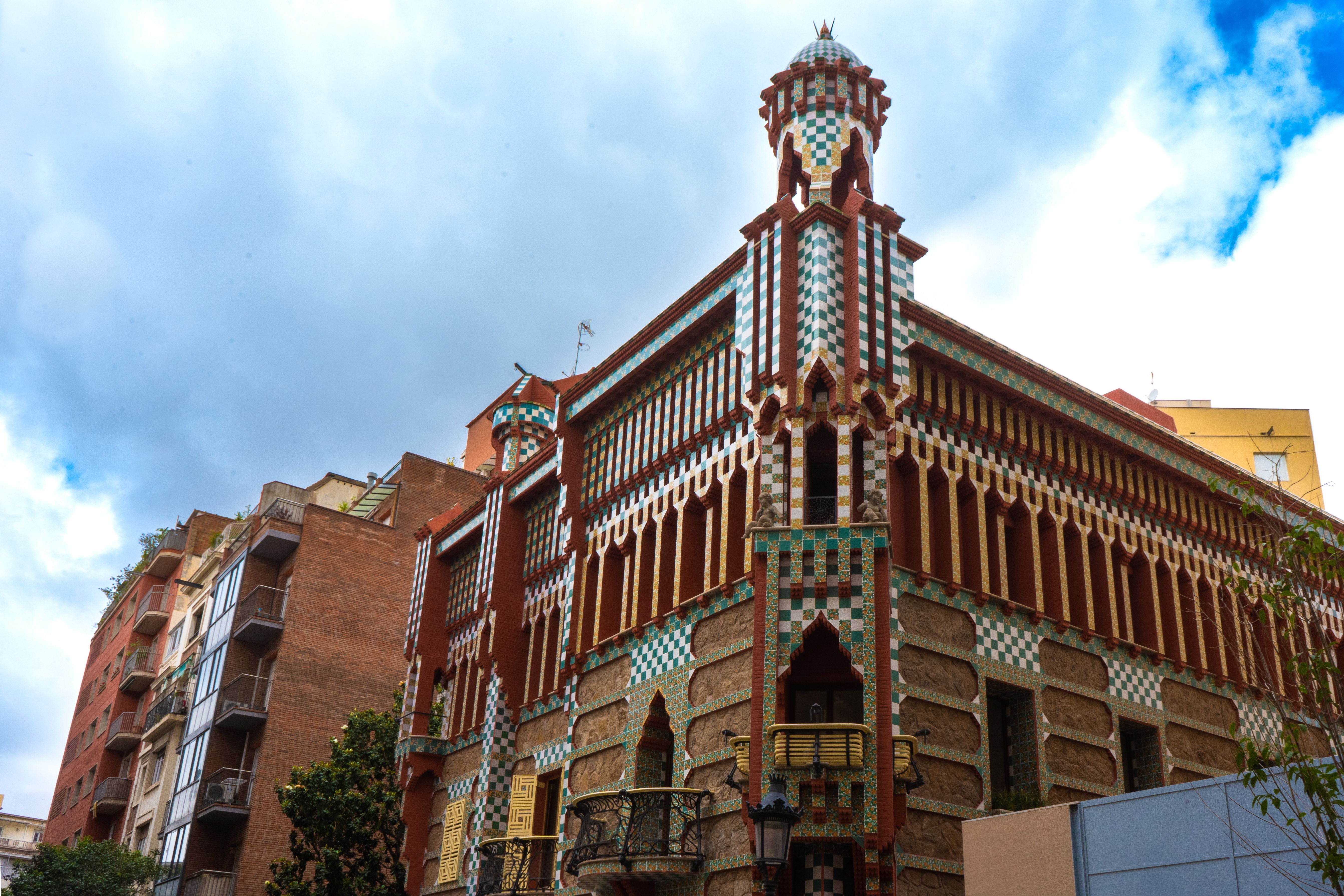 The exterior of Casa Vicens a colorful gaudi building