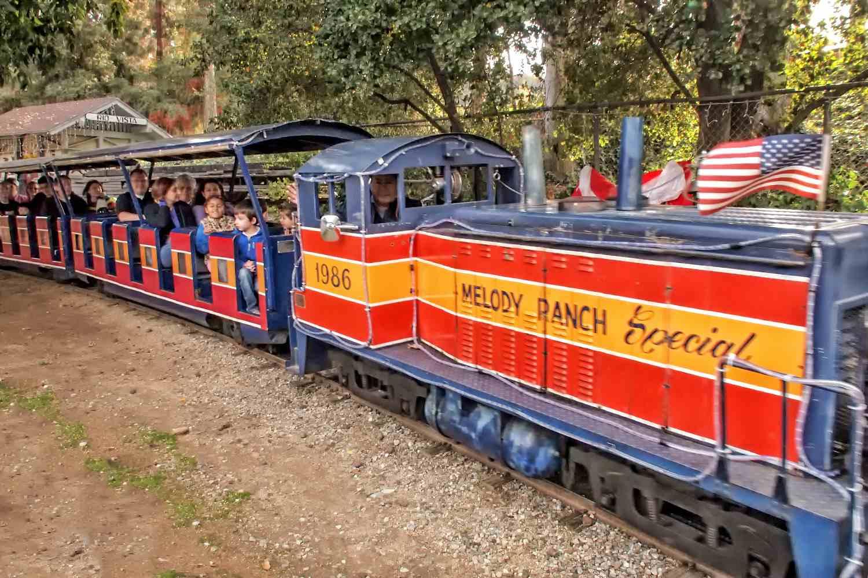 Montar el tren en Travel Town en Griffith Park