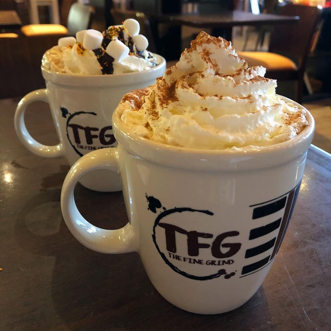 Dos tazas de café en The Fine Grind - Una cafetería / Little Falls