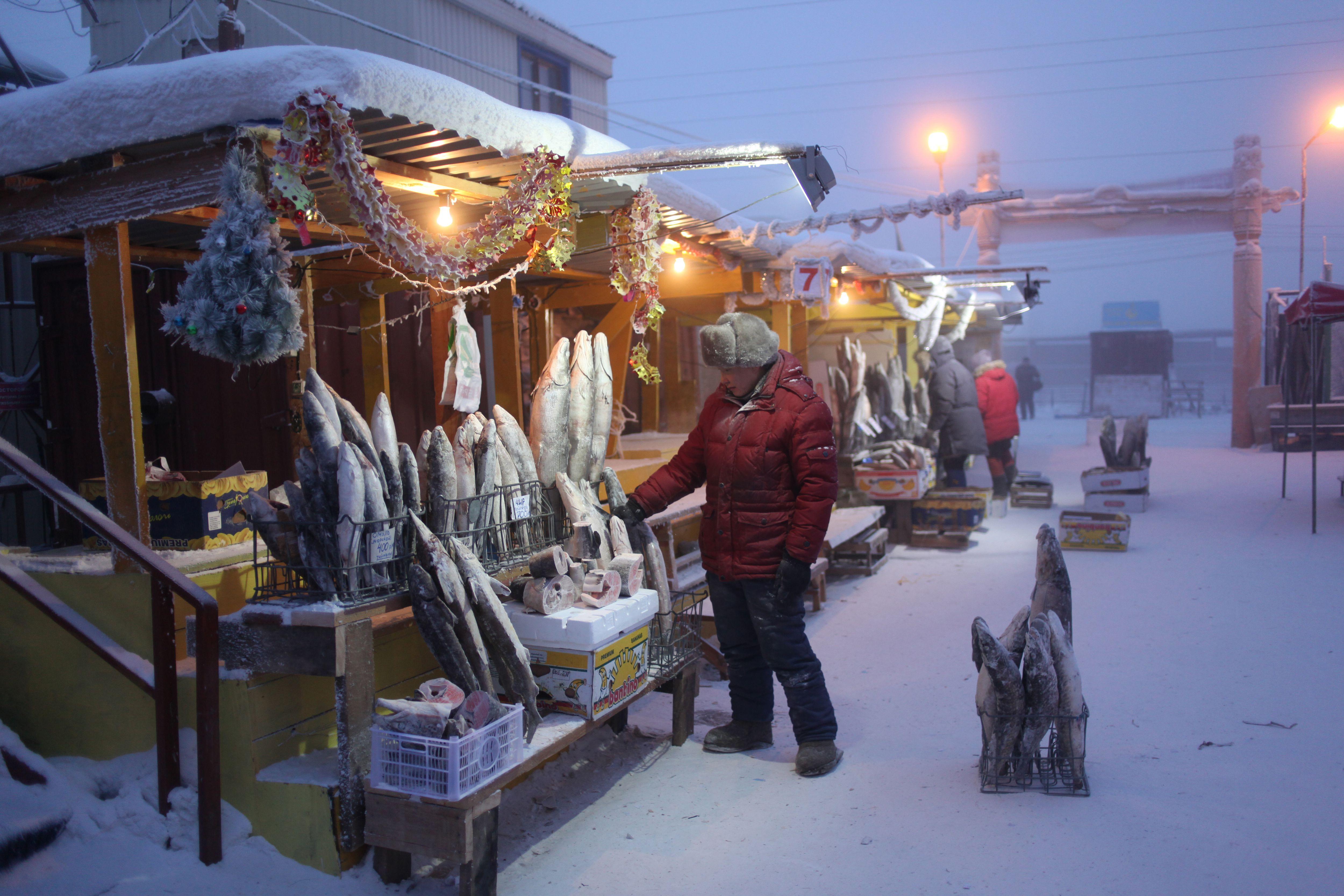 Ein Fischverkäufer in Christian Markt in Jakutsk, Russland