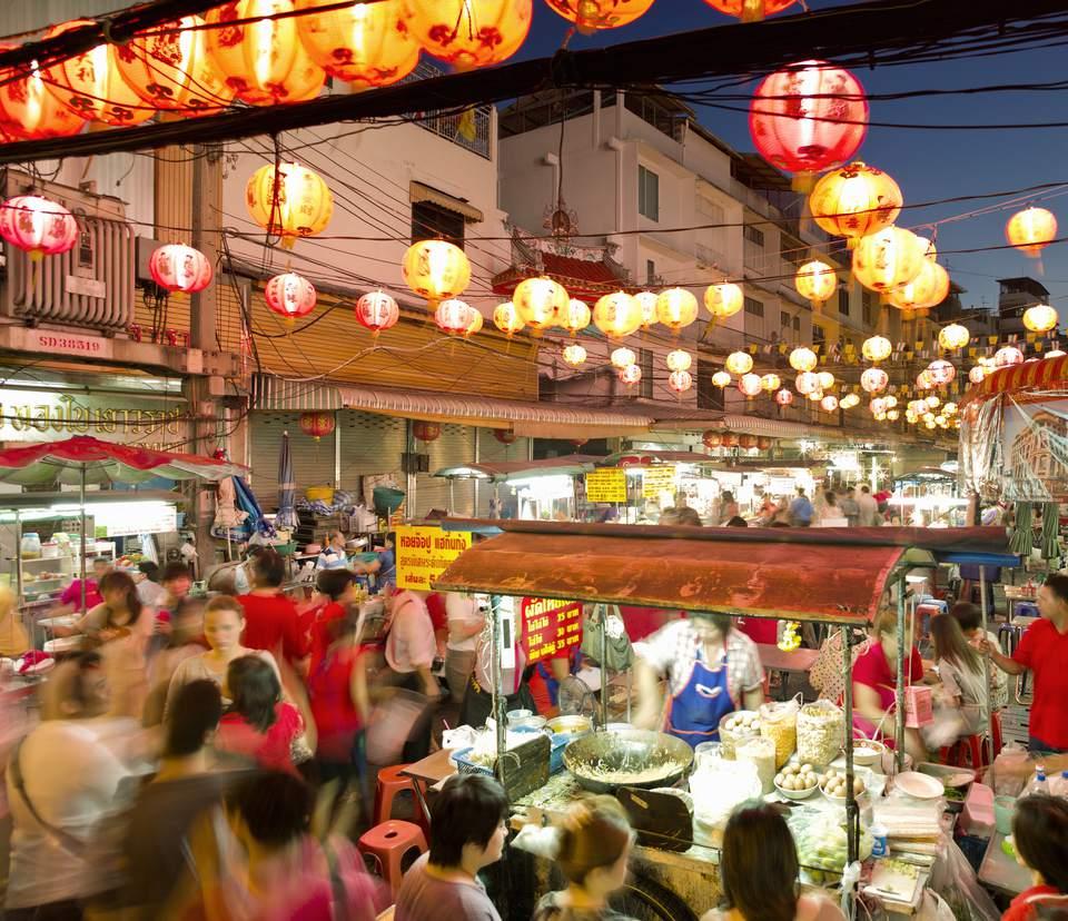 Festival tailandés en la calle con vendedores y multitudes